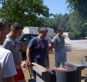 camping landes familial barbecue